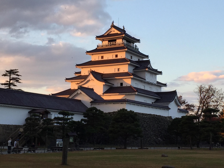 日中、夕暮れ時、ライトアップ時の鶴ヶ城と会津名物ソースカツ丼