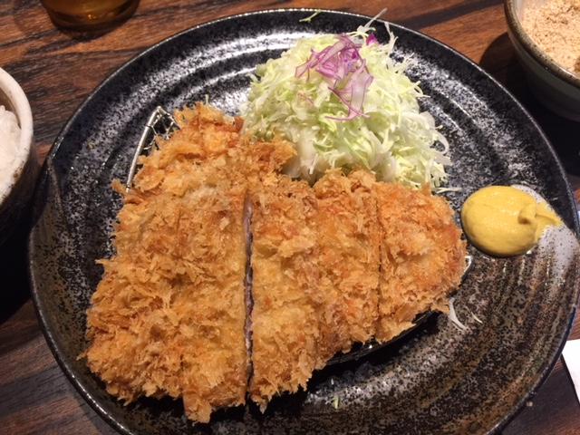 熊本市内にある人気のとんかつ屋さん「勝烈亭」でロースとヒレカツ